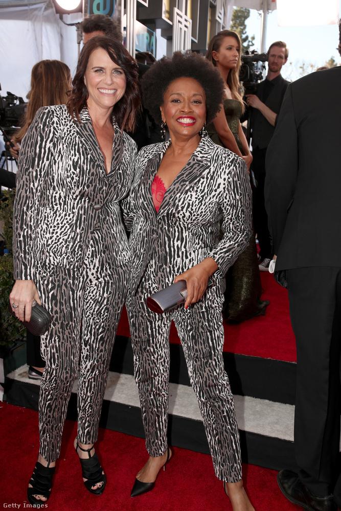 Mi meg azon lepődtünk meg, hogy egy ilyen ronda kosztümből kettő is van, és hogy ráadásul két nő is van a világon, aki hajlandó felvenni.