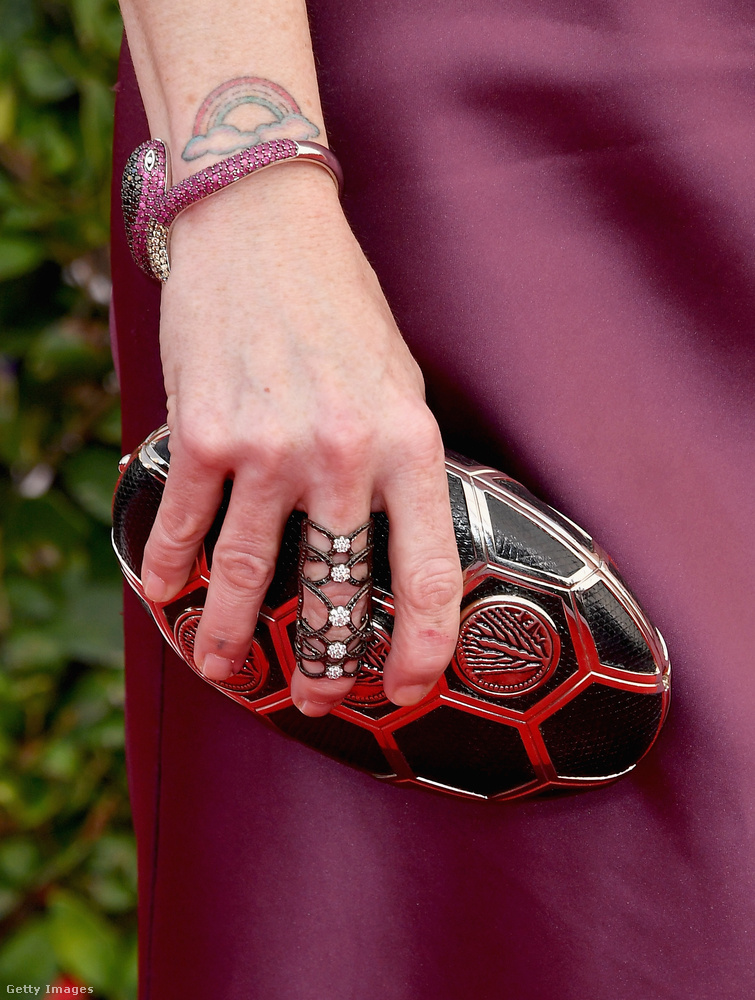 Viszont ami ezen képen van, az egész jó, nem? Ez Taryn Manning karkötője, retikülje és kézékszere.