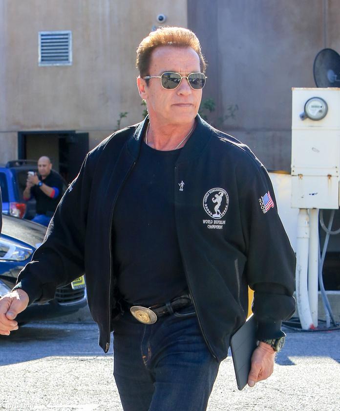 Látja, milyen nyugodalmasan közlekedik Arnold Schwarzenegger a Cafe Roma nevű hely parkolójában?