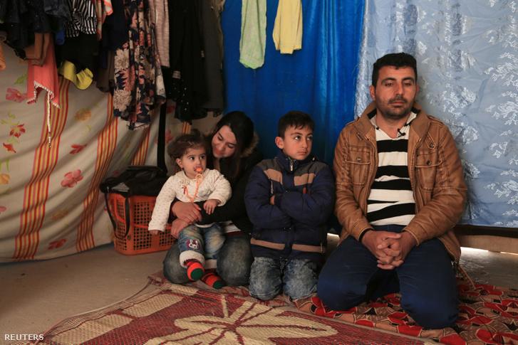 Egy jazidi család, akiket a repülőtérről fordítottak vissza a menekülttáborba Trump rendeletének életbelépése után