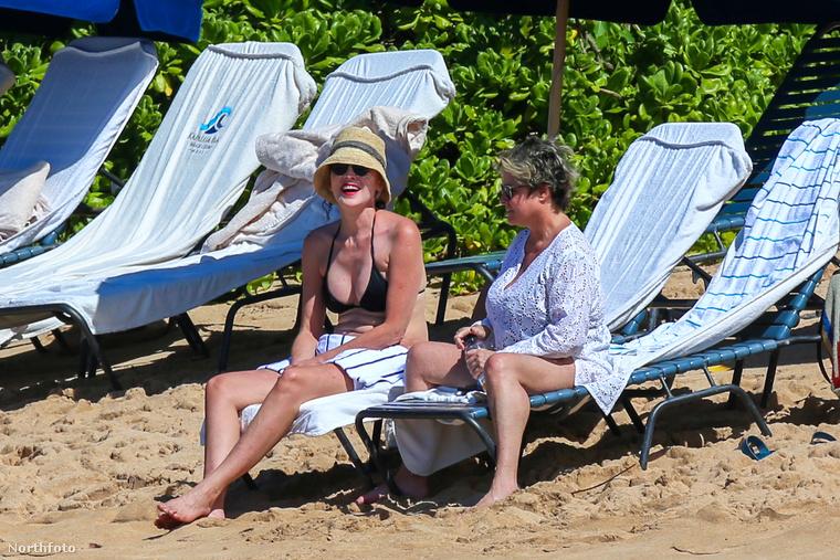 Elégedett a testével ő maga is, és ez ellen a vele nyaraló barátnője sem ellenkezik.A szimpatikusan mosolygó Sharon Stone-nal búcsúzunk