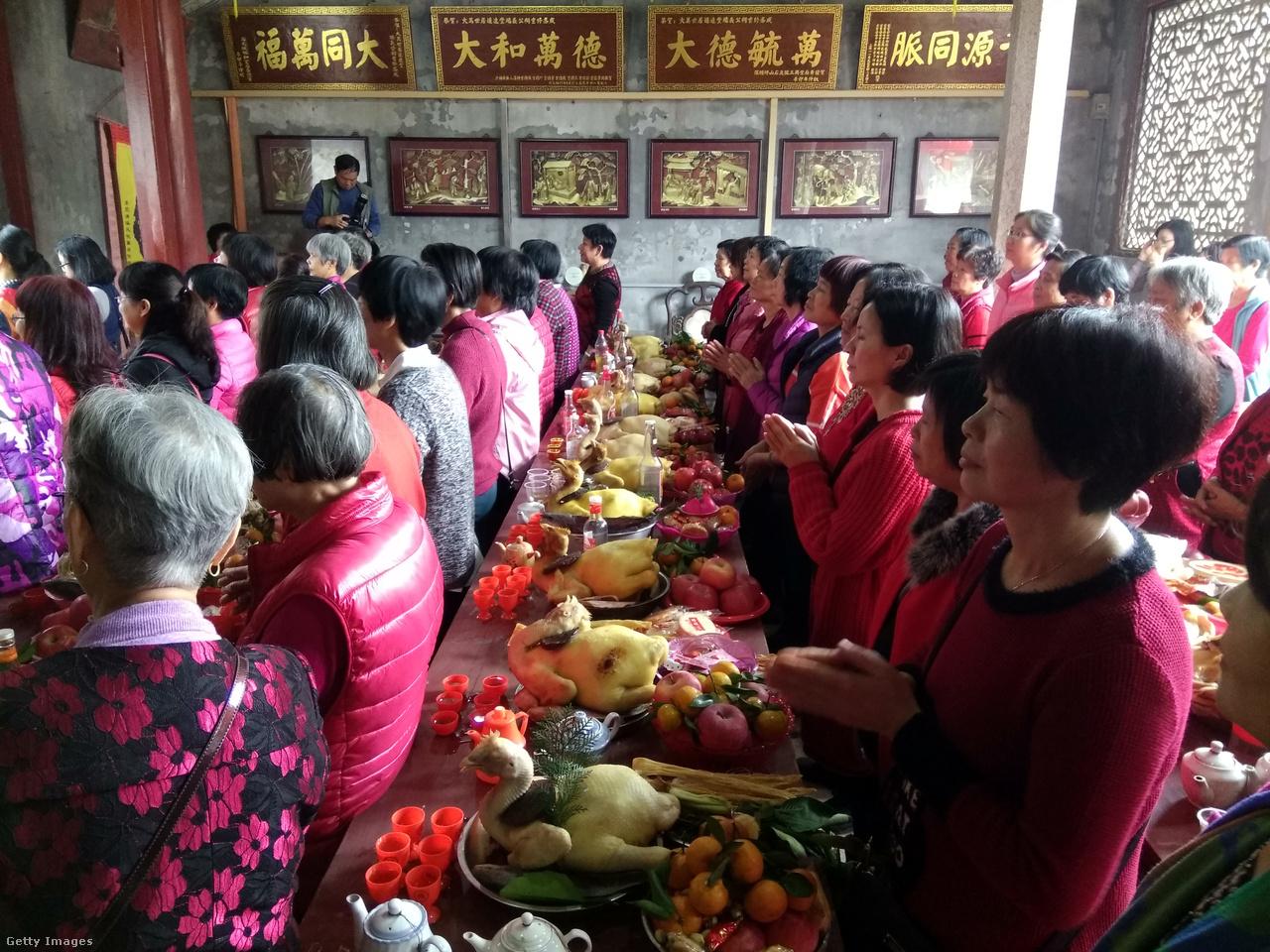 Papírból vannak az égetésre készített, sokszor egészen elképesztően kifinomult áldozati tárgyak is, amiket az ősök tiszteletére áldoznak fel a templomokban - legalábbis a vallásos áldozatot tiltó Kínán kívül egész Kelet-Ázsiában. Ilyenkor friss ételt, mandarint is tesznek a házi oltárokra vagy a nagyobb templomokba és füstölőt gyújtanak, hogy a felmenőikkel békében kezdődjön az új tavasz.