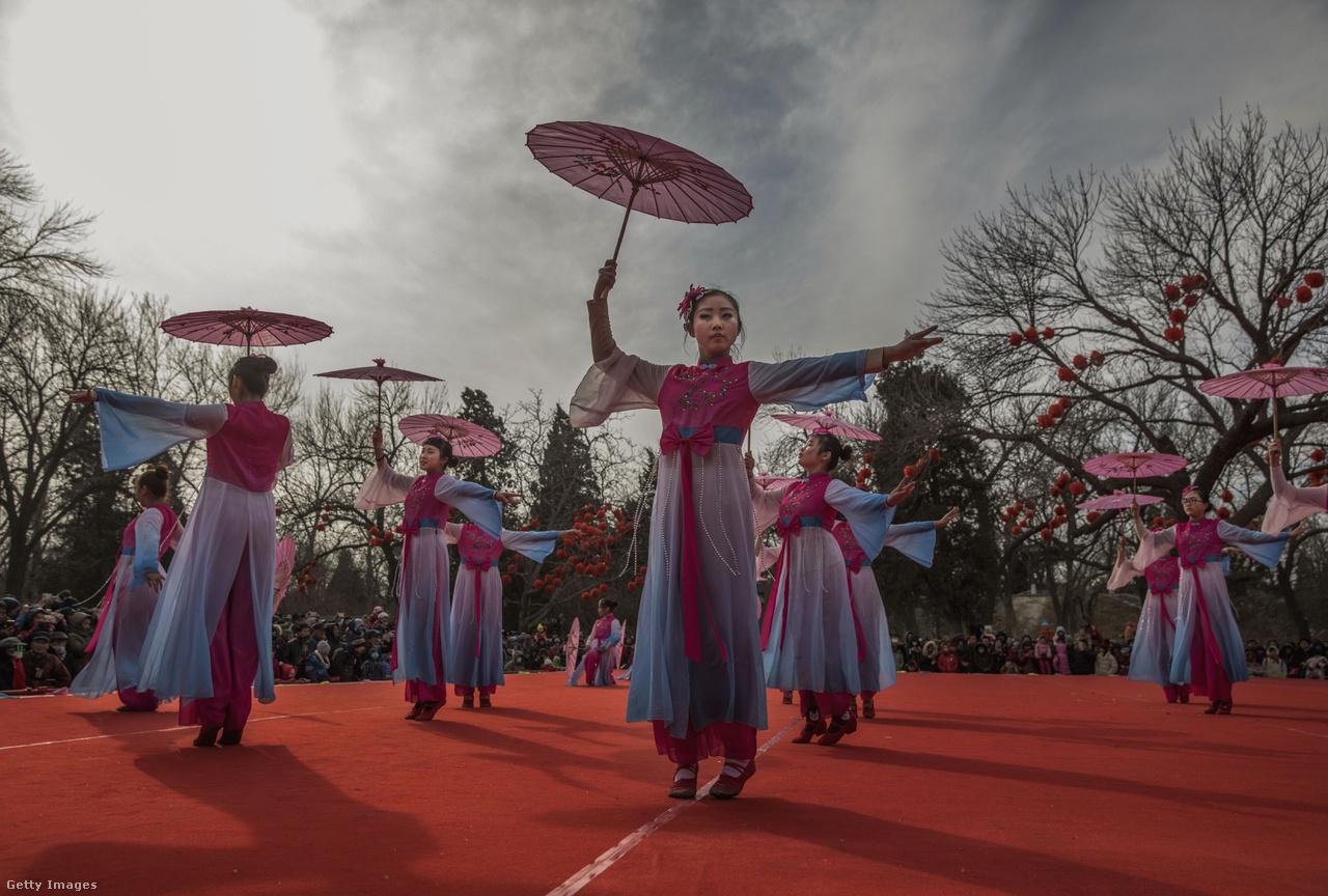 A Holdújév, vagy más néven Tavaszünnep a holdnaptár alapján számított új év kezdetét jelzi. Ilyenkor még az egyébként rövid munkaszünetekről híres ázsiai cégek is hazaengedik a dolgozókat, akik egy hatalmas, itthoni szilvesztert idéző táncos-petárdás buli után a családjukkal töltik az ünnepnapokat.