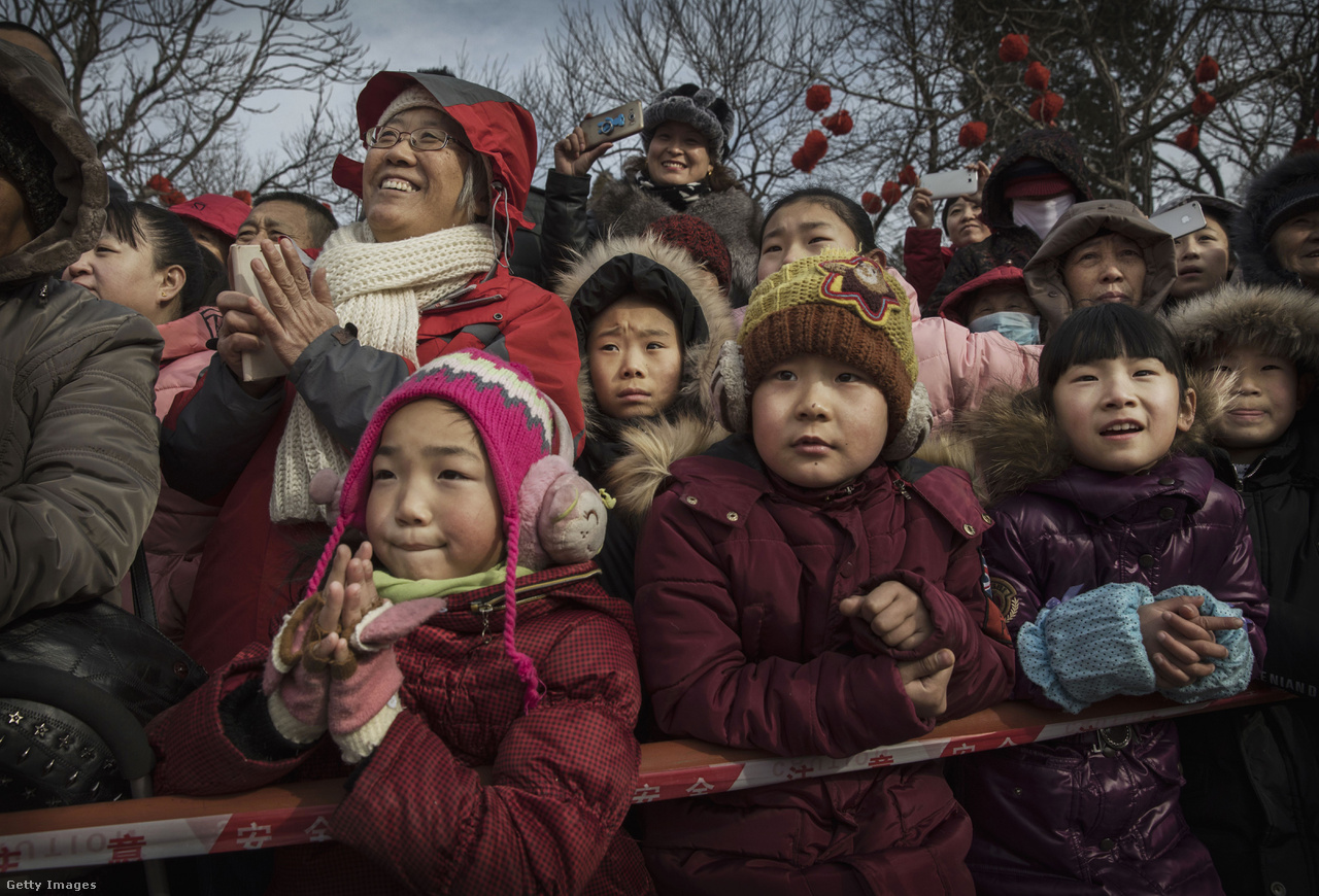 A Magyarországon élő külföldiek évről-évre megdöbbennek a karácsonyi síri csenden, mikor mindenki rendíthetetlenül karácsonyozik otthon. Ha megvan ez a kép, akkor már nem nehéz elképzelni, mi történik Kínában és egész Kelet-Ázsiában, ahol idén a Gergely-naptár szerint január 28-án volt a Holdújév első napja.