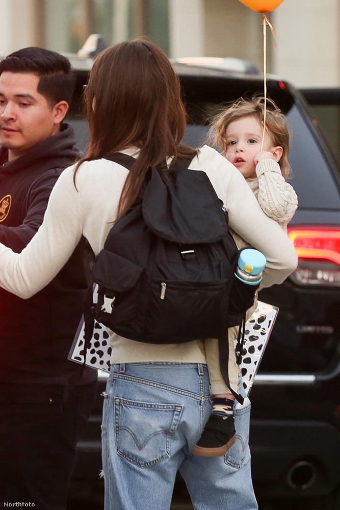 Jessica Biel séta közben vitatja meg a törpegalaxisokat érintő kérdéseket kisfiával, Silas-szal