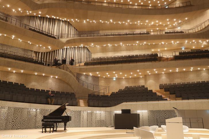 Az eredeti tervekhez képest hétéves késéssel és tízszer nagyobb költségvetéssel készült el 2017 januárjában a hamburgi Elbphilharmonie koncertpalota.