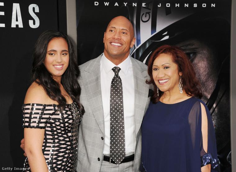 A kép jobb oldalán látható hölgy, Dwayne Johnson büszke anyukája, Ata Jonhson.