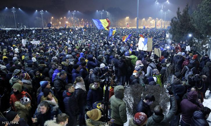 A szociálliberális román kormány sürgõsséggel elfogadott a büntetõ törvénykönyvet és a perrendtartást módosító rendelete miatt tiltakoznak tüntetõk a bukaresti kormányépület elõtt