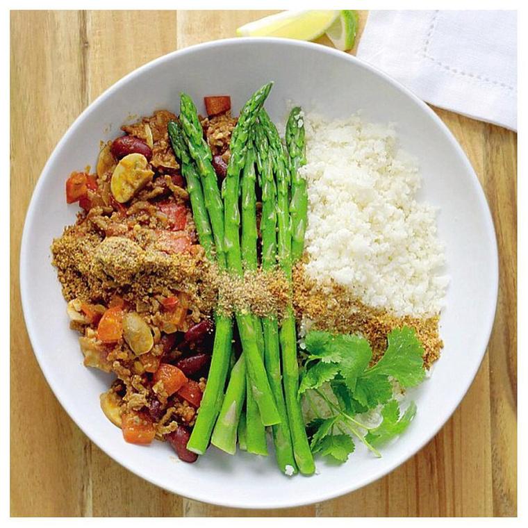 """Főleg csirkemellet szokott fogyasztani jelentős mennyiségű zöldséggel, illetve rizzsel, rizsparéjjal vagy édesburgonyával, de a készételeket, a bort és a csokit sem tartja megbocsáthatatlan bűnnek.                         """"Az a filozófiám, hogy mindent csak mértékkel."""""""