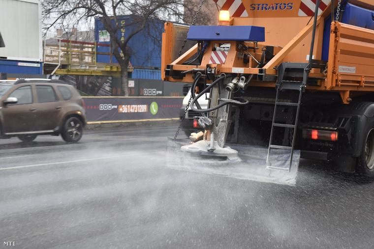Az éjszakai műszakban 75 darab téli géppel folyamatosan végezték a fő- és közösségi vonalakon a hó eltakarítását és a síkosságmentesítést.
