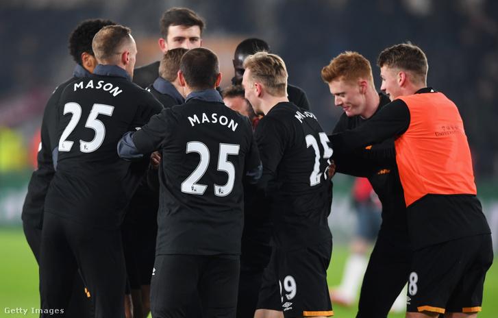 A Hull City játékosai Masont támogató mezekben