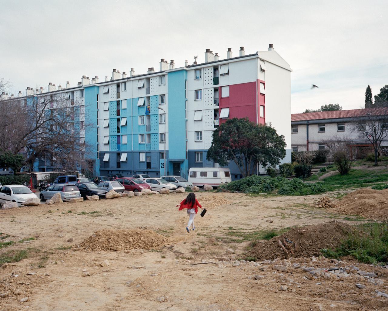 Ez a telek nem tűnik ingatlanhasznosítási sikersztorinak, mindesetre így néz ki a környék, amin keresztül Maddelena épp hazarohan.