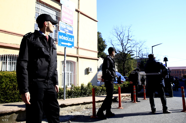 Az isztambuli Cerrahpasa kórház előtt mentősök 2017. február 1-jén miután egy pszichiátriai kezelés alatt álló fegyveres rendőr öngyilkossággal fenyegetőzve bezárkózott az intézmény egyik szobájába.