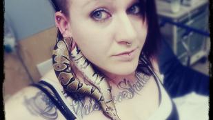 Mi az ott a füledben? Egy kígyó?