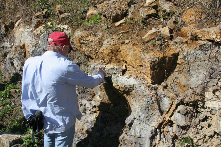 Lewis Ashwal a mauritiusi kőzetek vizsgálata közben.