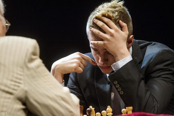 Portisch Lajos a Nemzet Sportolója és Rapport Richárd a Játékszínben megrendezett generációk sakkcsatáján 2014. május 3-án. A pároscsatát a 18 évesek világranglistáján éllovas Rapport nyerte az akkor 77 esztendős olimpiai bajnok riválisa ellen.