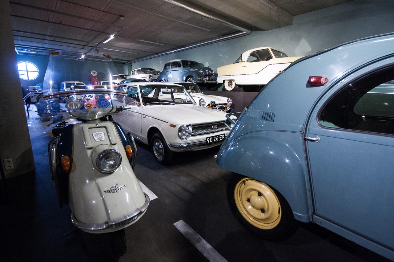 Egyike a több teremnek, amelyben Louwmanék az olcsó és a minimáljárműveket tartják: balra egy Heinkel Tourist robogó (négyütemű, 175 köbcentis, önindítós), mellette egy korai Toyota Corolla, mögötte egy Honda S800 Coupé, a polcon elöl egy Austin-gyártotta, de csak Amerikában árult Nash Metropolitan.