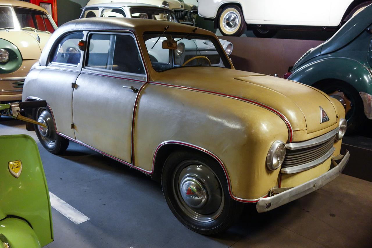 Ragtapasz-bombázó (Leukoplastbomber) – ez volt az 1951-ben gyártott Lloyd LP300-as gúnyneve, a karosszériája ugyanis rétegelt falemezből készült, amit műbőrrel borítottak, hiszen Németországban akkoriban semmiféle fémhez nem volt könnyű hozzáférni. Azért is érdekes, hogy ez a kétütemű, kéthengeres, 300 köbcentis, 10 lóerős autó fennmaradt, mert hamar elmállott, de ha mégsem, hát mindenki kidobta, mihelyt tudott vásárolni magának igazi, fémből készültet. Maga a Lloyd is átállt a fémkarosszériára 1954-ben.