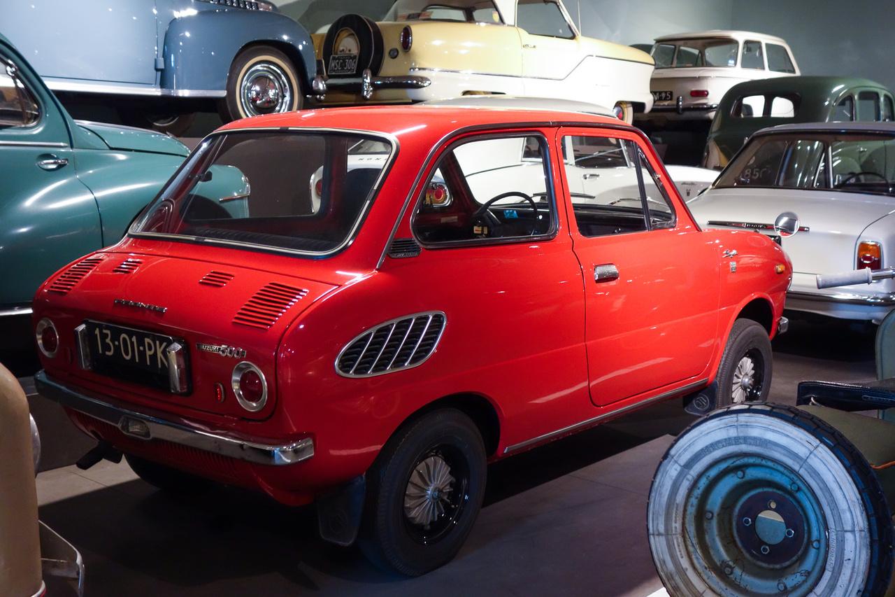 Egy törpe- és szükségautó-anzikszból nem hiányozhat legalább egy japán kei-autó – a Louwmanban egy sötét-narancssárga Suzuki Fronte áll. Ez már a típus második, 1967-70-ig gyártott generációja, amelyet 356, illetve exportra 475 köbcentis, háromhengeres, kétütemű motor hajtott. Tudják mi a vicc? Hogy a név Fronte volt ugyan, de ebben a kocsiban csak űr és hajtatlan kerekek voltak elöl, mert a teljes gépészet hátul lakott.