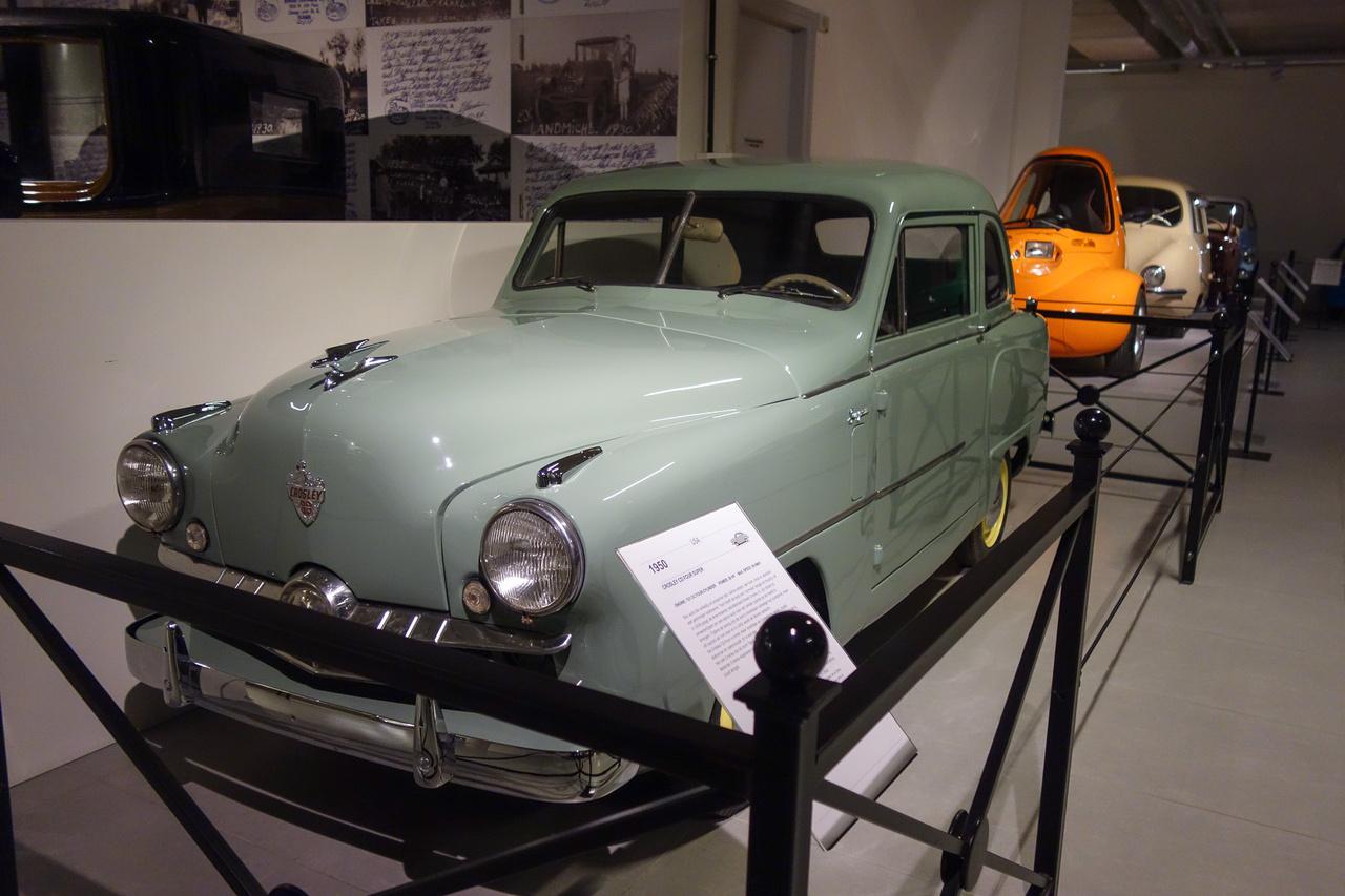 Amerikában sem volt mindig mindenki gazdag (ma sem az), különösen a második világháború alatt és az azt követő években. Egy amerikai rádiógyárosnak, Powel Crosley Jr-nak az az ötlete támadt (ne feledjük, az USA-ban akkor még szinte ismeretlen volt a később olcsóautó-receptté váló Volkswagen Bogár), hogy a hatalmas batárok mellett kellene valami kicsi, takarékos autó is a népnek, megalkotta hát a Crosley autót 1939-ben. A háború alatt egész szépen fogytak ezek, de a békeidők eljöttével elapadt a kereslet, 1954-ben pedig végleg fel kellett hagynia a járműkészítéssel. Autói eleinte nem öntött blokkokkal, hanem lemezmotorokkal készültek. (Valakinek beugrik Fejes Jenő neve?)