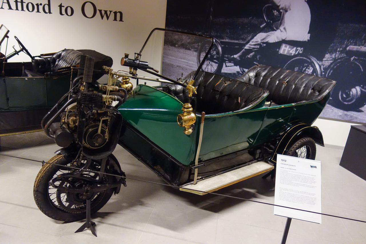 Egy szükségautó, amely kivételesen egész sikeres lett és hosszú éveken, sőt, évtizedeken át gyártották Berlinben, a Cyklonnál. Persze, ez nem az újkorban történt, hiszen a Cyklonette 1902-ben jelent meg, egyetlen első kereke tetejére tett, 450 köbcentis hajtómotorral, amelyet később kéthengeres, 1,3 literesre cseréltek – mint ennél, az 1953-ban a Louwman-gyűjteménybe került példánynál is. Létezett személy- és teherkivitelben is.
