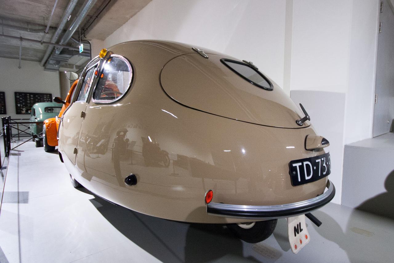 Azt tisztáztuk, hogy ez nem Fuldamobil, sőt még csak nem is német gyártmány. 1955-ben még senkinek nem volt pénze autóra, de már mindenki utálta a biciklit és a motort - ez volt a buborékautók ideje, hívták azt törpeautó-korszaknak is. Egy holland vegyeskellékcikk-gyártó, az Alweco vette meg a németektől a szabadalmat, s a Fulda-tojást Bambino néven gyártani kezdte. A 200 köbcentis, 9 lóerős, egyhengeres, kétütemű ILO-motorral hajtott, büdös, lassú, labilis és zajos cukiság nem lett nagy siker a fapapucsok és tulipánok országában, de ettől még nem kell lehülyéznünk a hollandokat – a Fuldamobil licencét ugyanis megvették az angolok, a görögök, az indiaiak és a chileiek is. Az Alweco 1957-ben még megpróbálkozott egy négykerekű sportváltozattal – mondani sem kell, abból se lett Coca-Cola.