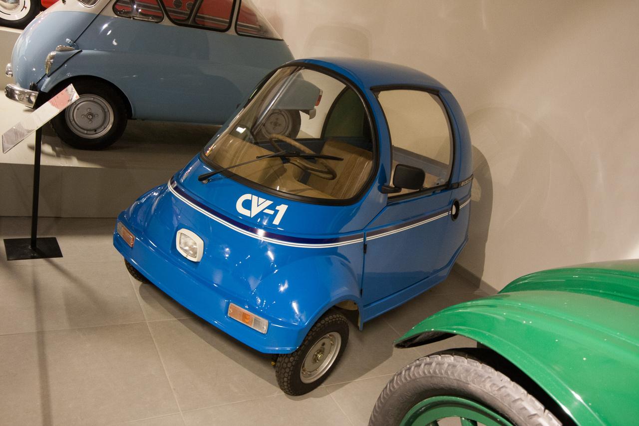 Kicsit előreugrunk, mert bár az elmúlt negyven évben nem voltak túl népszerűek a szükségautók, néhány mégis készült. Ez egy 1981-es Suzuki CV-1, azaz Community Vehicle One. A japán kormány nem sokkal előtte pályázatot írt ki egy olyan járműre, amelyet idős, akár jogosítvány nélküli emberek könnyen használhatnának. Ennek az ösztönzésnek volt az egyik ismert eredménye az ötven köbcentis mopedmotorral hajtott, 145 kilós és 1,9 méteres körön megfordulni tudó Suzuki. Ám mire 1985-ben gyártani kezdték, a japán közlekedési szabályokat megszigorították, akkortól kétnyomú járműveket már csak autós jogosítvánnyal lehetett használni a forgalomban. A Suzuki végül is alig pár száz példányt tudott eladni a CV-1-ből, de hogy kinek, az rejtély.