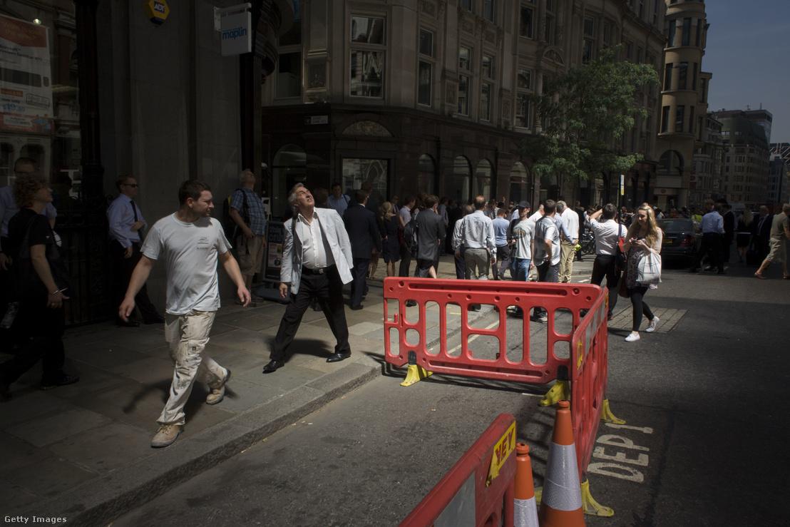 Londoni járókelők nézik a Walkie Talkie felhőkarcoló üvegéről visszaverődő szikrázó napsugarakat 2013-ban. Az intenzív fény a tervezőket is meglepte, a koncentrált sugarak még a járdát és egy parkoló autót is megolvasztottak.
