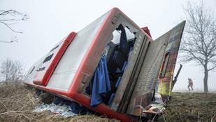 Árokba borult egy busz Fejér megyében, 17-en megsérültek