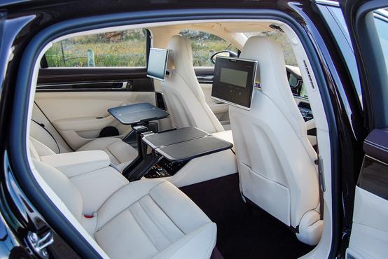 Ez a Lounge-style hátsó elrendezés, RSE-vel, azaz Rear Seat Entertainment Systemmel.