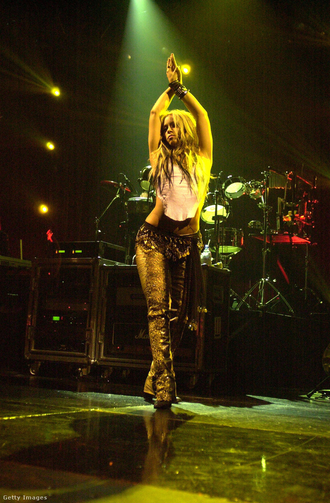 És hát hülyeség is lenne tagadni, hogy mindenkit az érdekelt, mi van Shakira ruhája alatt.
