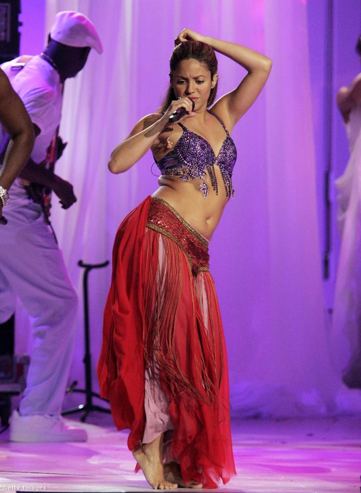 Összehasonlításképp: ugyanabban az évben a Latin Billboard-gálán pedig így tekergette a csípőjét.