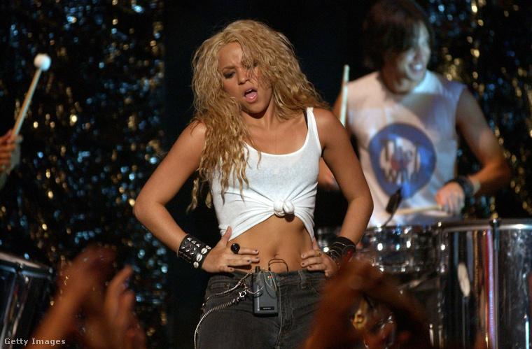 mert Shakira szépen, fokozatosan akkora sztárrá dolgozta magát, hogy nem volt nélküle díjátadó (itt épp az MTV Music Awardsra próbál).