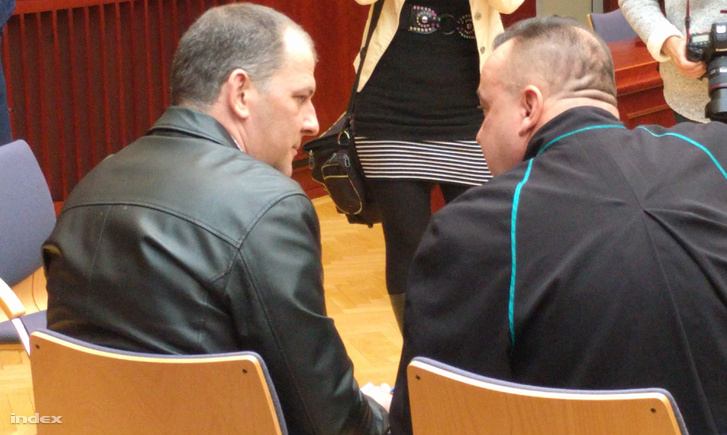 Gál Roland ügyvédjével egyeztet