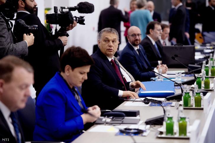 Orbán Viktor magyar és Beata Szydlo lengyel miniszterelnök a tárgyalóasztalnál.