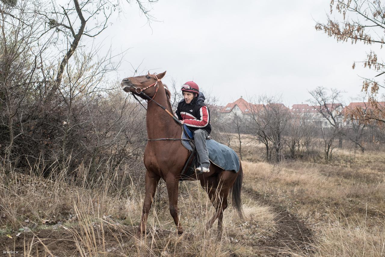 Lászlót a barátja vitte el Alagra, lóra ülhetett végre. Sajnos a műlába nem alkalmas a lovaglásra, de                         nem tett le arról, hogy egyszer majd versenyezzen. Pedig egyetlen amputált zsokéról sem tud a                         világon.