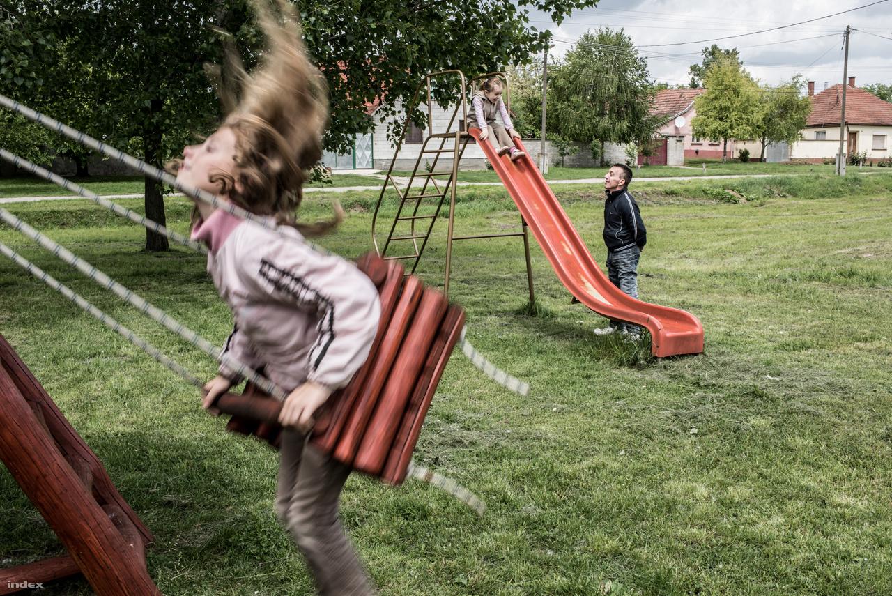 Már amputáltként, az interneten ismerte meg feleségét, Vikit, akinek akkor már öt lánya volt.                         Egy éve született közös kisfiúk, Lacika. László sokat foglalkozik a hat gyerekkel, amíg felesége                         dolgozik.