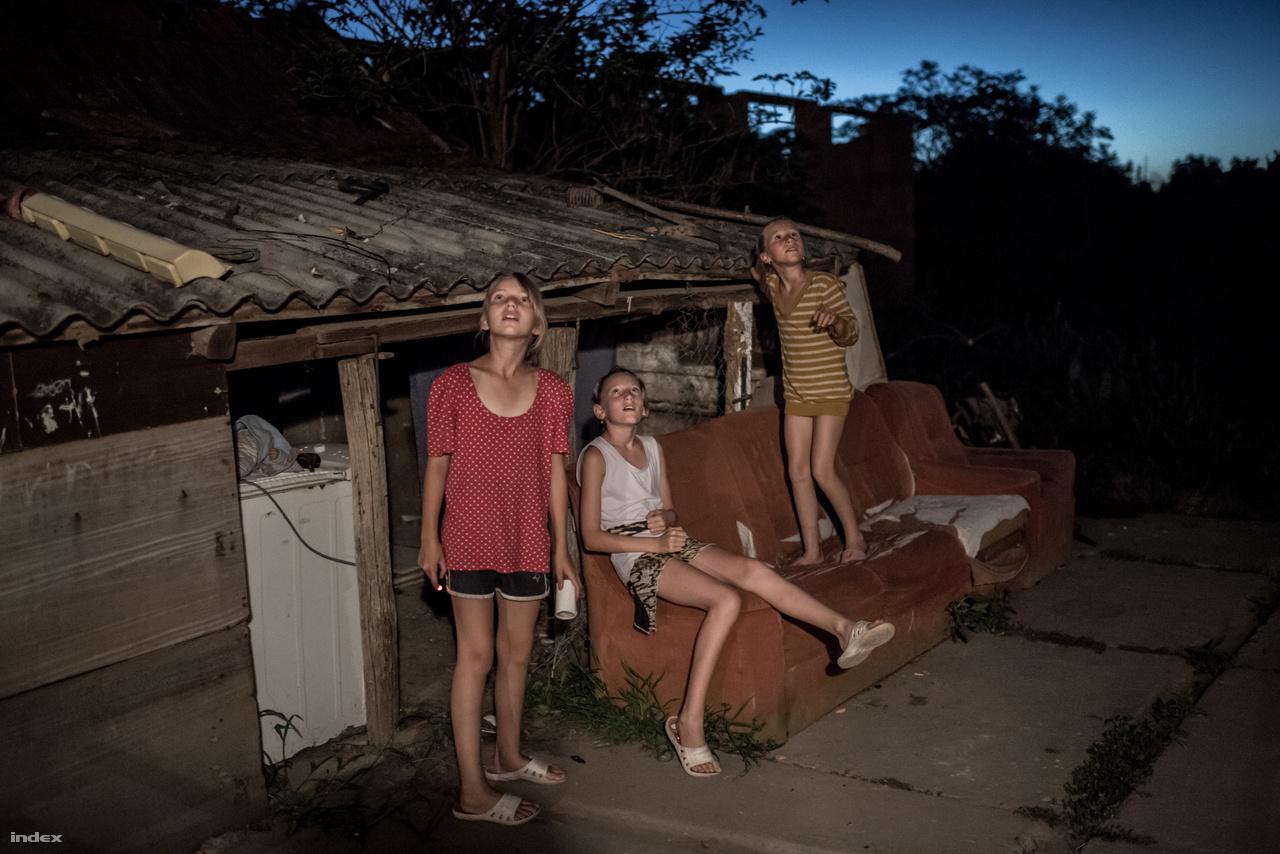 A három nagyobb lány, Tamara, Laura és Viki a csillaghullást figyelik. A családnak van pár csirkéje, de                         a gyerekek mögött álló disznóólak üresek. A hat gyerekkel nagyon szűkösen él László családja a                         tataházai otthonukban, ami komoly felújításra szorul. Arról ábrándozik a család, hogy a szocpol elég                         lesz arra, hogy egy nagyobb házat vegyenek.