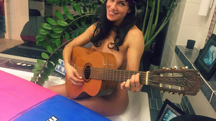 Instahíradó: Bódi Sylvi meztelen testét csak egy gitár takarja