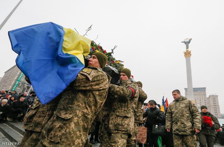 Civileket és katonákat temetnek a szomszédban