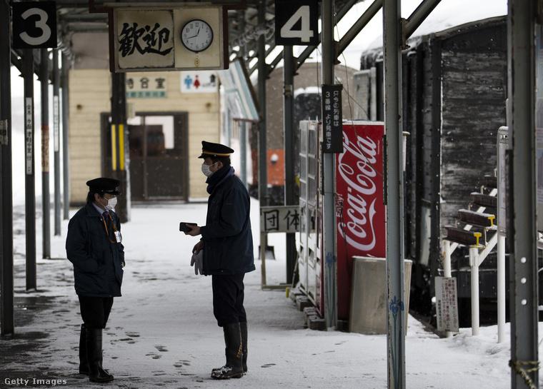 A vasúttársaság alkalmazottai az egyik állomáson beszélgetnek