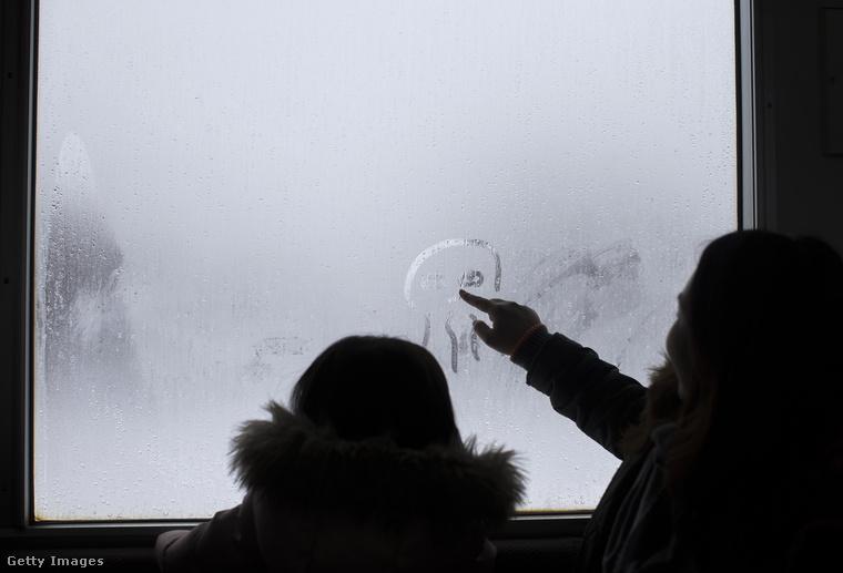 Élelmes gyerekek Cthulhut rajzolják a párás ablakra.