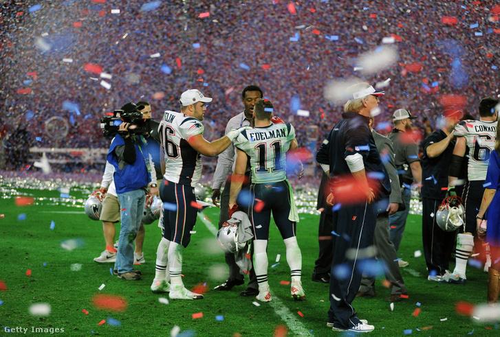 A New England Patriots játékosai ünnepelnek miután legyőzték a Seattle Seahawks a 2015-ös Super Bowl-n. 2015. feburár 1, Arizona.