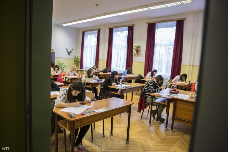 Diákok kitöltik a feladatlapokat a központi írásbeli felvételi vizsgán az Orosházi Táncsics Mihály Gimnázium Szakközépiskola és Kollégiumban 2015. január 17-én. Ezen a napon 480 intézmény 499 vizsgahelyszínén tartják a középfokú iskolák központi írásbeli felvételi vizsgáit a 8 és a 6 évfolyamos gimnáziumokban továbbá a 9. évfolyamra és az Arany János Tehetséggondozó Programba jelentkezők számára. Orosházán 260 fiatal ír felvételit.
