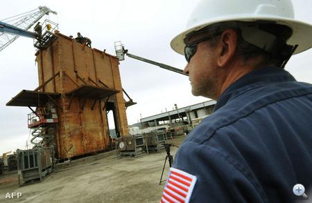 Sidney Aucoin projektfelelős figyeli, ahogy befejezik az olajfogó kupola hegesztési munkáit.