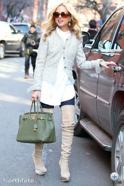 Rachel Zoe stylist bézs combcsizmában, sötétzöld Birkinnel