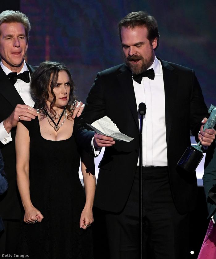 Vagy Winona Ryder furcsa fintorgása a SAG díjátadón, miközben a nekik járó szobrot köszönték meg kollégái.