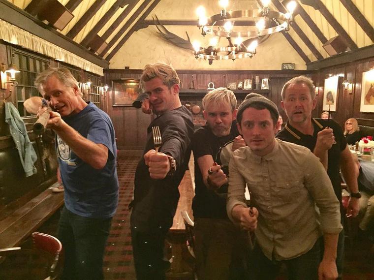 A Gyűrűk Ura színészei, Orlando Bloom, Elijah Wood, Dominic Monaghan, Billy Boyd és Viggo Mortensen január 30-én, hétfőn este egy étteremben gyűltek össze, ahol egy mókás fotóval ünnepelték meg, hogy 13 év után újra együtt van a csapat