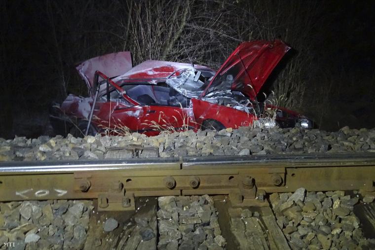 Az autó összeroncsolódott, ennyi maradt belőle.