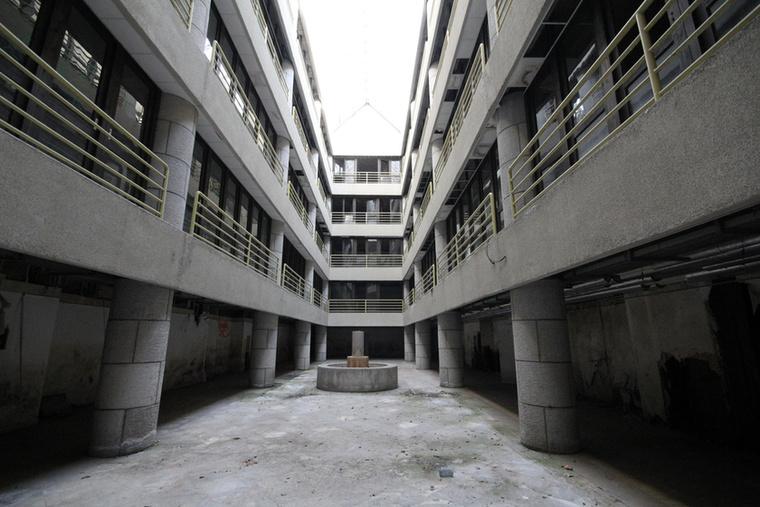 1945-ben az egész komplexumot átvették a Szovjetek.Az 1985-ben nagy reményekkel átadott, ultramodern sebészeti tömb is az enyészeté lett azóta.                         A képen az egykori aula látható